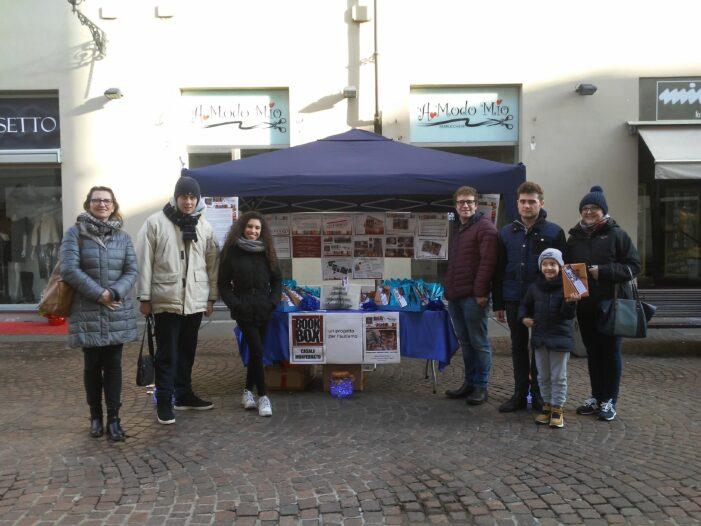 21 dicembre: i ragazzi di bookbox Casale, con l'aiuto di alcuni studenti in alternanza Scuola-Lavoro presso la Biblioteca Scolastica, donano libri alla cittadinanza.